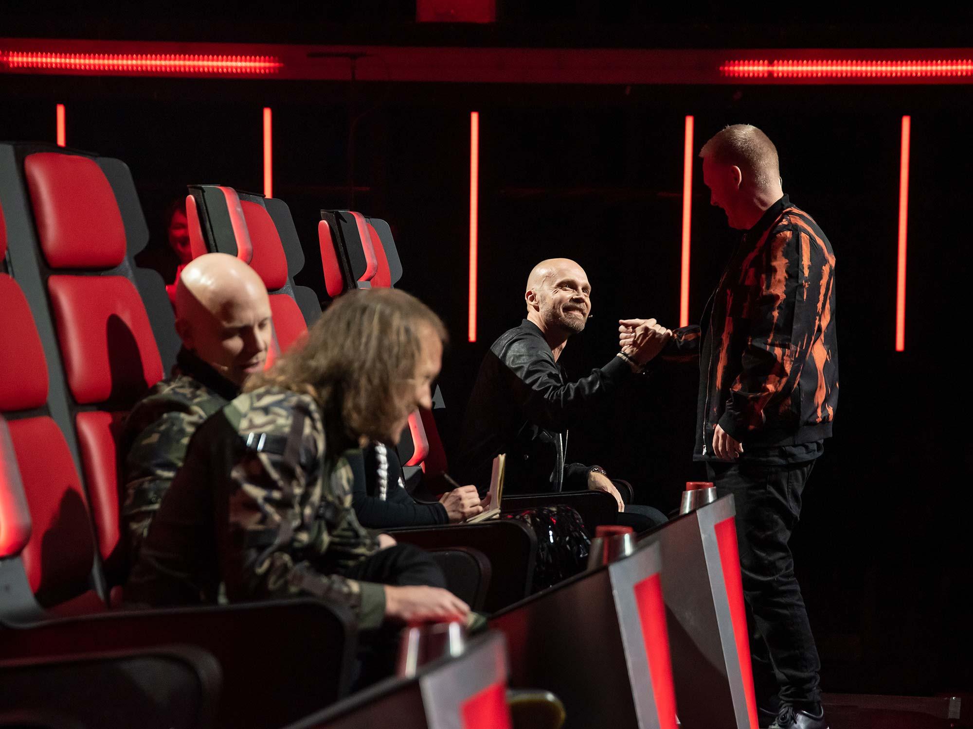Tähtivalmentaja Juha Tapion joukkue jatkaa taistelua Logomossa – The Voice of Finlandin kausi jatkuu viimein