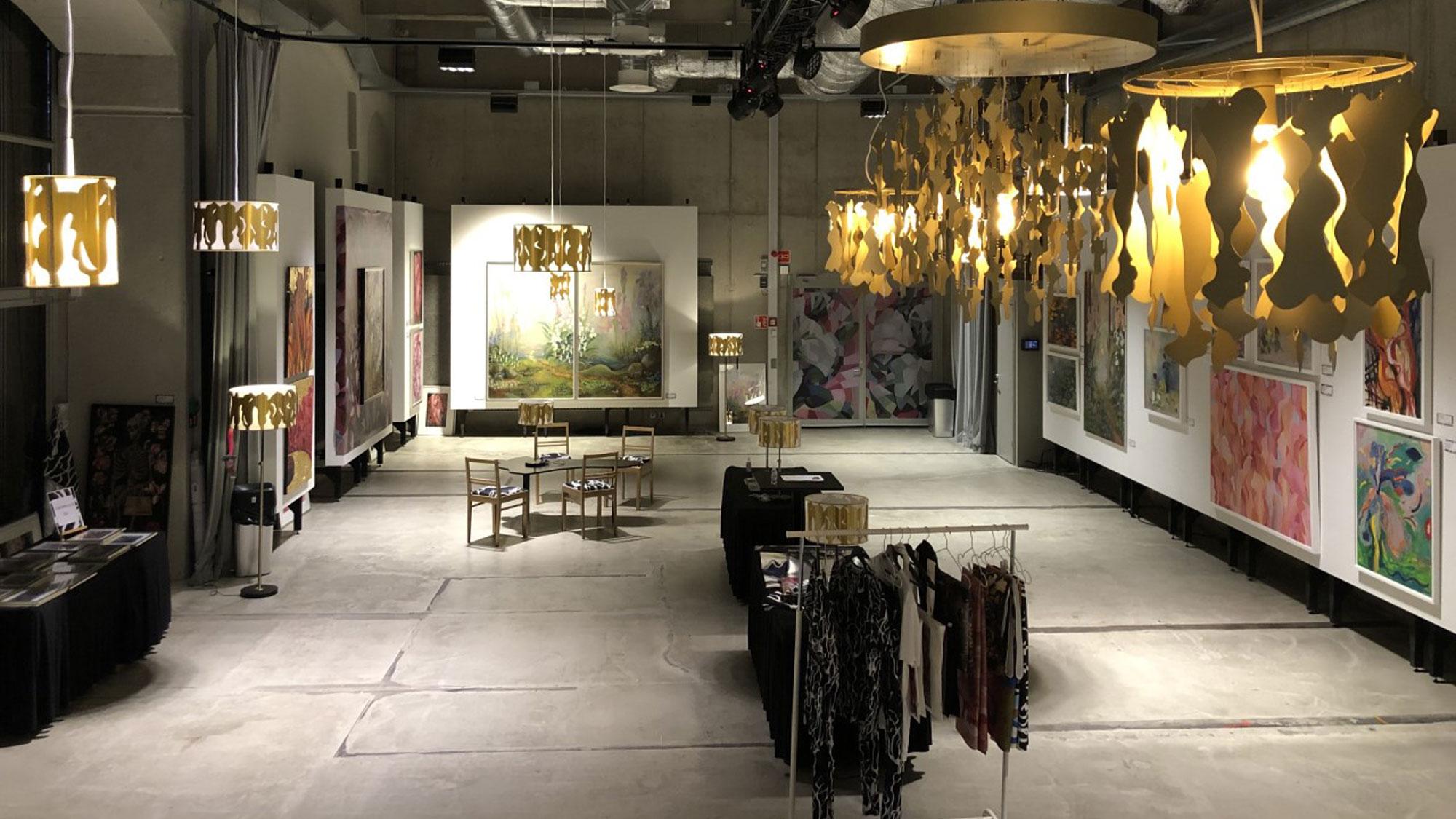 Johanna Oras järjesti juhlanäyttelynsä Logomossa – Teatro-galleria muuntautui luovuutta ruokkivaksi näyttelytilaksi